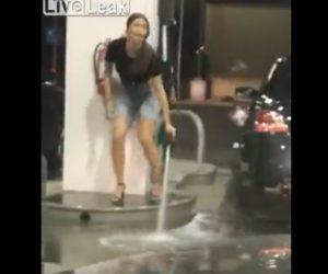 【動画】女性がガソリンスタンドで給油するが止め方がわからずガソリンをまき散らしてしまう