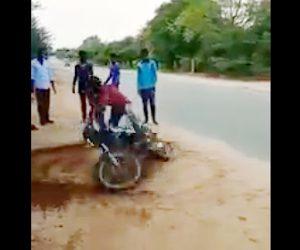 【動画】バイクでパワースライドをする男性が車道に進んでしまい…
