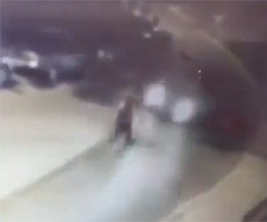 【動画】猛スピードの車が自転車をはね飛ばし走り去ってしまう衝撃事故映像