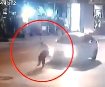 【動画】当たり屋が高級車を選び自分から突っ込んで行く衝撃映像