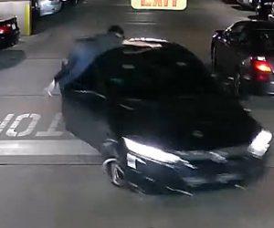【動画】銀行からお金をおろした学生が車から降りてきた強盗に襲われるが必死に抵抗する衝撃映像