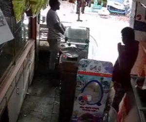 【動画】男性2人で調理台を動かそうとするが感電し動けなくなってしまう衝撃映像
