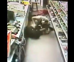 【動画】酒屋に銃を持った強盗が押し入るがムキムキの店主が抵抗し…