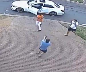 【動画】車から降りてきた銃を持った強盗に男性が襲われるが、すぐさま銃で反撃する衝撃映像