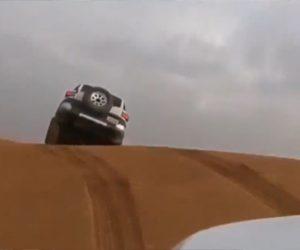 【動画】砂漠で急斜面を勢いをつけて登ろうとするが斜面を越えた直後に前の車が…