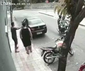 【動画】バイクで現れた強盗にすぐさま対応する男性