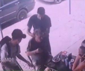 【動画】店で食事中のおじいさんが強盗に襲われ身に着けている金品を奪われてしまう衝撃映像