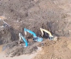 【動画】工事現場で土が崩れショベルカーが土に埋まってしまう衝撃映像