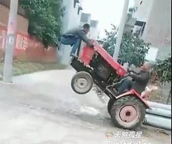 【動画】重いポールと運ぶため男性がトラクターの上に乗りトラクターを動かすが……衝撃の結末