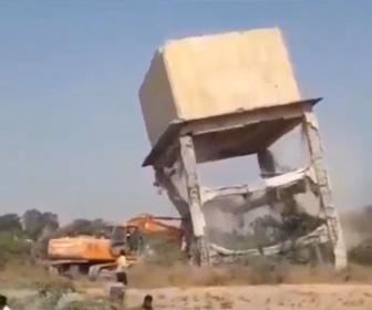 【動画】ショベルカーで給水塔を解体しようとするが失敗し…