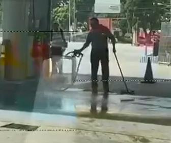 【動画】ガソリンスタンドの店員はガソリンを床にまいて床掃除する衝撃映像