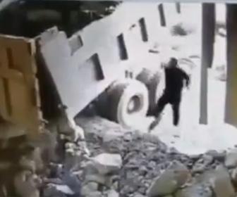 【動画】ダンプカーから大量の岩を降ろすが岩が横からこぼれ作業員に直撃してしまう衝撃映像