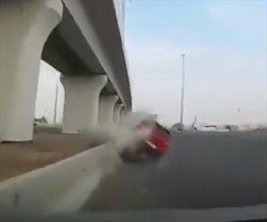 【動画】コントロールを失った猛スピードの赤い車が横から突っ込み大クラッシュする衝撃事故映像