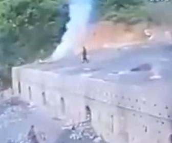 【動画】石炭を作っている炉に穴が空き男性が落下してしまう衝撃映像