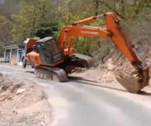 【動画】大型トラックからショベルカーを降ろそうとするが…