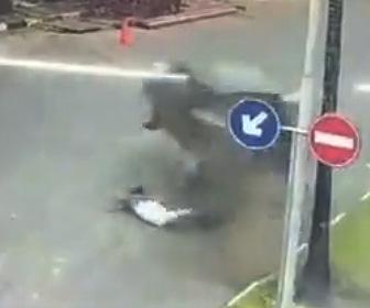 【動画】車道の端を歩く女性にコントロールを失った猛スピードの車が突っ込んでくる衝撃映像