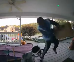【動画】家にきた配達人をハロウィーンで仮装した動く人形で驚かす衝撃映像