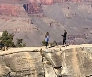 【動画】女性と母親がグランドキャニオンの断崖絶壁で写真を撮っているが足を踏み外し…