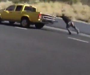 【動画】警察官に手錠をかけられる瞬間、男が逃走。車道に飛び出し車に飛び乗ろうとするが…