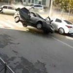 【動画】猛スピードの車が交差点で車と接触し対向車に突っ込んでしまう衝撃事故映像