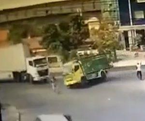 【動画】右折するトラックを避けようとしたトラックが道を掃除する男性に突っ込んでしまう衝撃映像