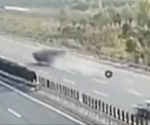 【動画】高速道路で大型トラックからタイヤが落ち、後続車がタイヤに突っ込み横転してしまう