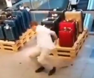 【動画】男性が歩きながらう●ちを床に落とし、後ろから来た男性が踏んずけて転んでしまう