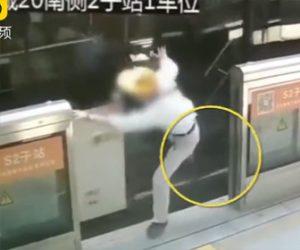 【動画】バスから降りるおじいさんがバスのドアに足を挟まれ、動き出したバスに…