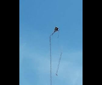 【動画】作業員が高いアンテナに登り解体作業をするがアンテナが折れてしまい…