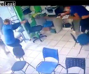 【動画】店に現れた武装強盗と客の男性が超至近距離で銃撃戦になる衝撃映像
