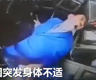 【動画】バス運転手が発作で意識を失い交差点を渡る人達が轢かれてしまう衝撃事故映像