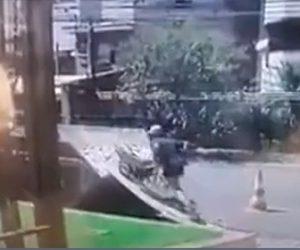 【動画】男性が一輪車でガレキをトラックの荷台に運ぼうとするが足が滑り…