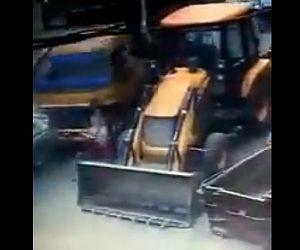 【動画】大型トラックが暴走。子供と一緒に自転車で走る母親がはね飛ばされ落下した子供が…