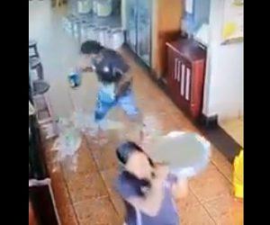 【動画】両手でビールを運ぶ男性。ビールを1本こぼしてしまい…