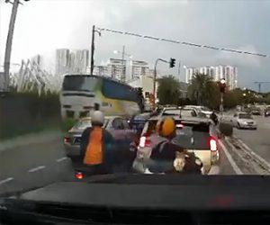 【動画】猛スピードのバスが交差点に突っ込み建物に激突してしまう衝撃事故映像
