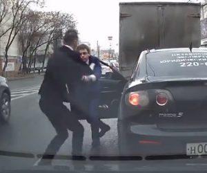 【動画】割り込みに激怒したドライバー、車から降り相手の車にドアを開け…激しい戦いになる