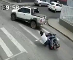 【動画】左折するピックアップトラックの下に転倒したバイクライダーが滑り込んでしまう