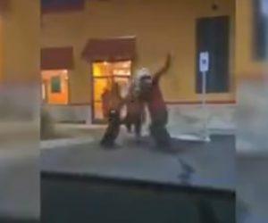 【動画】ファーストフード店で女性客と店員が言い争い。店員は外に出て女性を地面に叩きつける衝撃映像