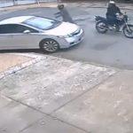 【動画】バイクで現れた武装強盗が停車している車を襲うが車がバックし…