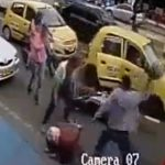 【動画】タクシーの客が後方を確認せずドアを開けバイクが激突。バイクライダーは歩行者に八つ当たりする。