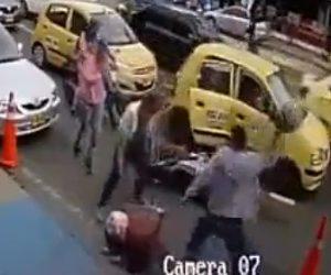 【動画】タクシーの客が後方を確認せずドアを開けバイクが激突。バイクライダーは歩行者に八つ当たりする。
