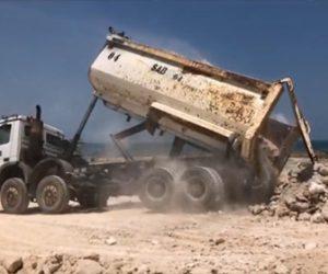 【動画】大量の瓦礫を積んだダンプカーが荷台を上げて瓦礫を降ろそうとするが…