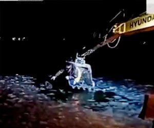 【動画】凍った海に落ちた犬をショベルカーで救出する衝撃映像