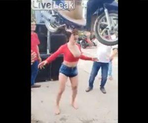 【動画】セクシー美女が頭の上にスクーターを乗せてしまう衝撃映像