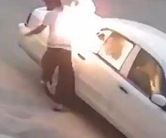【動画】男が車のガラスを割り火をつける衝撃映像