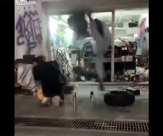 【動画】爆発ビード上げ失敗。タイヤの上に足を置いていた作業員が物凄い勢いで吹き飛ばされる衝撃映像