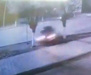 【動画】コントロールを失った猛スピードの車が街路樹に突っ込む衝撃事故映像