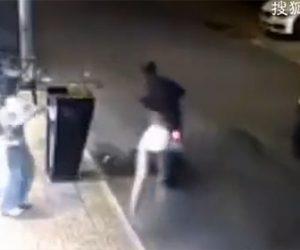 【動画】財布を手に持っている女性がバイクに乗った強盗に襲われ財布を奪われる衝撃映像