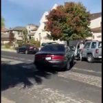 【動画】車道で男性2人が口論になり、怒った男が車で男性に突っ込む衝撃映像