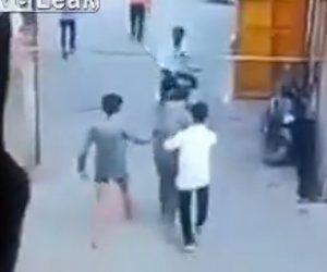 【動画】インドの警察官がヤバすぎる。バイクで走る男性を至近距離から銃で撃ち立ち去ってしまう